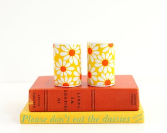 Vintage 1960s Daisy Flower Salt and Pepper Shakers / Flower Power Salt and Pepper Shakers / Mid Century Salt and Pepper Shakers