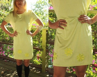 STUNNING 1960's lime green slinky mini dress//swing silhouette//round neckline and short sleeves//size small