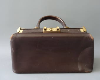 Brown leather doctor handbag | 1940's by cubevintage