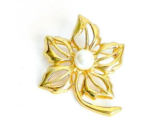 Vintage Flower Brooch, Gold Tone Pearl Brooch, Daisy Pin, Botanical Jewelry Flower Pin.