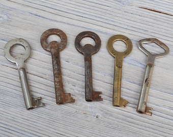 Vintage rusty metal keys.Set of 5.