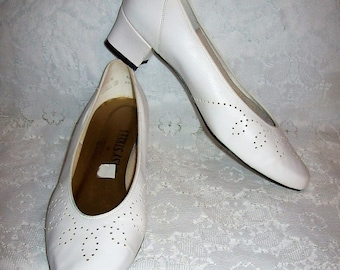 Vintage Ladies White Pumps Foot Magic by Easy Street Size 10 Only 9 USD