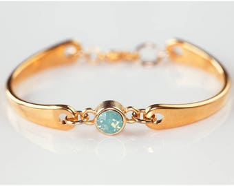 Thin metal bracelet with pearl front/size Adjustable/elegant & playful/high quality materials