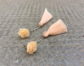 Flower resin nude with chain and tassel earrings
