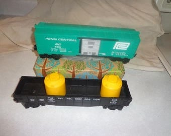 Lionel electric trains 2 rail cars for 027 or O gauge ,Penn Central boxcar & gondola car with milk cans