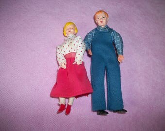 Vintage 1960s 2 Tiny Plastic MAN & WOMAN DOLLS, 4 an 6/8s Inches, 5 an 3/4ths Inches