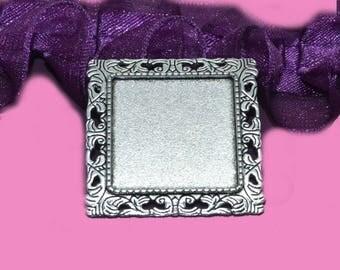 support broche carré baroque  pour cabochon 25x25mm .