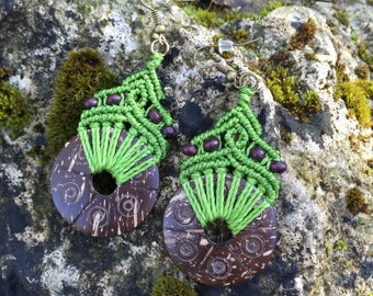 Ethnic macrame earrings with carved coconut - light green