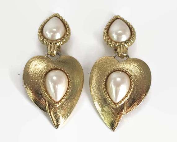 Large vintage statement dangling earrings with large hearts and large faux pearls, textured gold tone metal, clip ons, 1980s