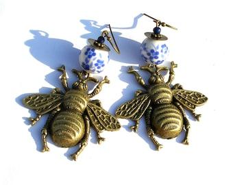 Boucles d'oreilles abeilles, lapis lazuli insecte bohème gipsy porcelaine bleu blanc bronze boho chic gypsy ooak création unique fait main