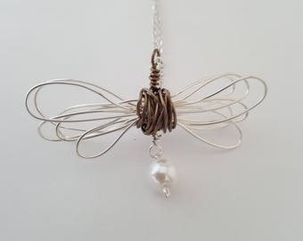 Lovely unusual contemporary wire and pearl pendant necklace