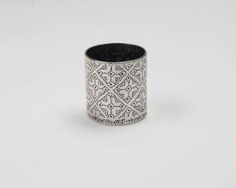 Silver ring with flowers in pointillism