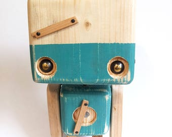 Recycled wooden robot - an empty stomach