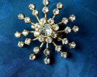 Vintage metal snowflake brooch - Gold tone metal with white crystal rhinestones - Used