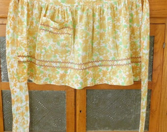Yellow and Green Floral Vintage Half Apron, Rick Rack, Old Style, Country Chic, Farmhouse Style, Spring, Kitchen, Work, Garden, Outdoor, Old