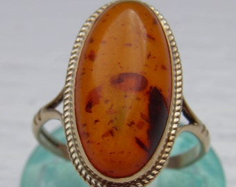 A Vintage 9ct Gold and Amber Ring