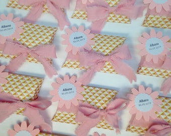 Box has almonds, chocolate box with flower and fabric for the bow. Customizable. Dimensions: 7,5 by 11cm