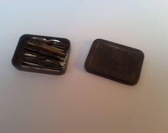 Boîte métallique remplie de plumes écriture anciennes