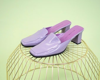 LOVELY vintage lavendar block heel mules with unique cut to upper SIZE 7.5