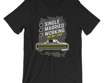 Single, Married, Working On My Car - Funny Classic Car Enthusiast Car Lover's Garage Unisex T-shirt