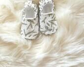 Pinecones Baby Moccs / Baby Shoes / Baby Moccasins / Vegan Moccs / Soft Sole Shoes / Montessori Shoes / Waldorf Shoes / Vegan Moccs