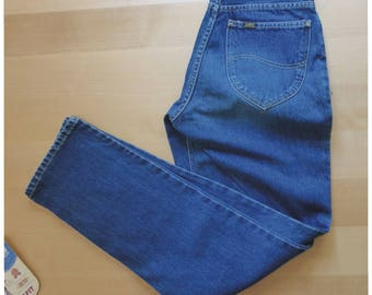 80s Lee jeans. W28 L 31 size. Vintage dead stock with its tags, regular fit women's high waisted jeans. In a very good vintage condition.