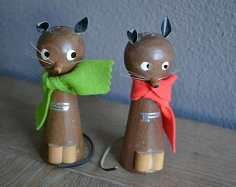 Adorable vintage wooden cats, pepper and salt shaker set