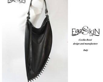 Ombra con Punte, borsa in pelle di alta qualità disegnata e fatta a mano in Italia, borsa dallo stile rock, punk, rock chic, gotico.