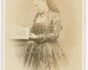 CDV Carte de Visite Photo Victorian Young Pretty Smiling Girl Reading Book Portrait by Mc Kenzie of Paisley Scotland