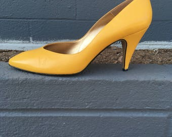 Size 9 or 9.5 yellow pumps heels by Proxy eighties ladies banana