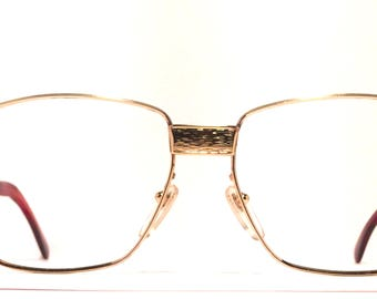 Vintage eyewear. Made in France. 1980's. Excellent quality and condition! Gold color with brushed detailing. Exceptional Hip French eyewear!