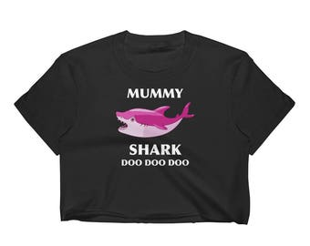 Mummy Shark Doo Doo Doo Shark Family Shark Lover Mommy Shark Mom Shark Mom Birthday Gift Women's Crop Top