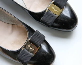 Vintage VARA Ferragamos / Salvatore Ferragamos / Made in ITALY / Black Patent Leather / Grosgrain Bow / 8B