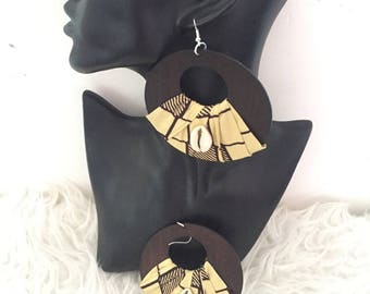 Earrings made of wood and wax with cowrie shells