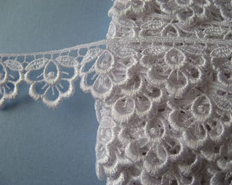 Guipure Lace Trim in White floral motif, 25mm wide, non-elasticated