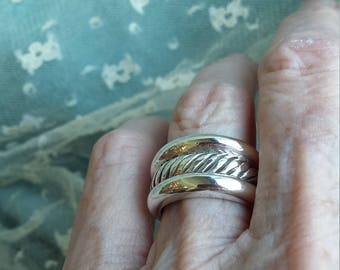 sterling silver ring band with center rope twist