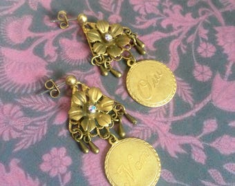 Medal earrings Yes or no writing in french