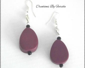Pearl Earring with a pretty plum color surrounded by 2 black beads egg shape