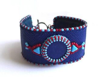 Bracelet lapis lazuli et cuir bleu brodé