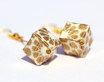 Boucles d'oreilles origami cubes pendantes, en véritable papier japonais blanc à motifs dorés