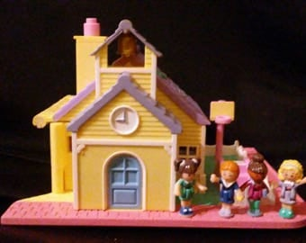 Vintage 1990s POLLY Pocket Light Up School House 100% Complete with 4 Dolls !!!