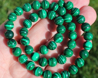 5 ROUND 8 MM MALACHITE BEADS.