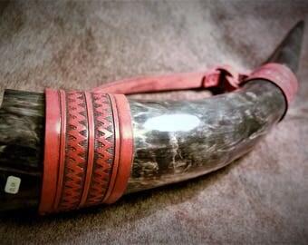Trinkhorn mit Manschetten und Ledergriff
