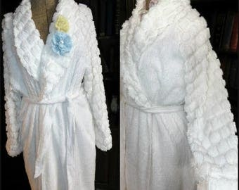 Snowbabies! Vintage Chenille Robe  ~ Bouncy Plump Snowballs on a Lovely Soft Warm Bathrobe fits up to Women's L?