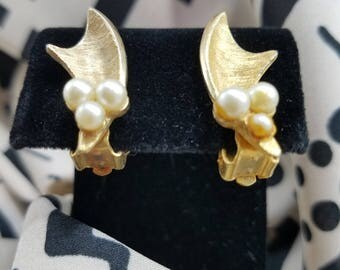 Beautiful Gold Tone Leaf with Faux Pearl Accents