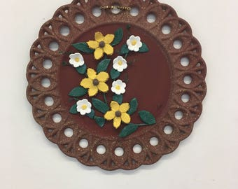 Decorative plate with small flowers