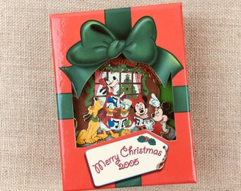 Disney Merry Christmas Mickey Mouse & Friends Caroling Jumbo Pin Holiday Gift Box  Limited Edition