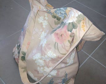 Vintage cabat bag has large flowers