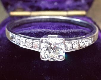 Art Deco diamond engagement ring in 18-carat white gold from the 1920s