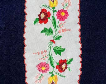 Tablecloth 100% handmade Kalocsa embroidery